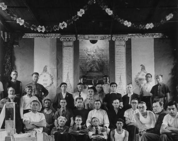 Célébration du 14 Juillet dans une baraque du camp de Voves, photographie prise par un interné 14 juillet 1942 ou 1943. Coll. MRN
