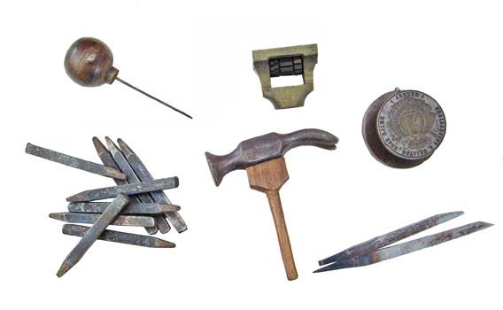Outils utilisés par le graveur Pierre Provost pour réaliser des faux documents et des faux-tampons. Coll. MRN - fonds Provost. © MRN/J.Baffet