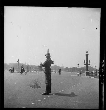 Soldat allemand, place de la Concorde, juillet 1940. Le Matin. MRN