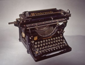 Machine à écrire à caractères hébraïques. Coll. MRN. © MRN/R.Noury