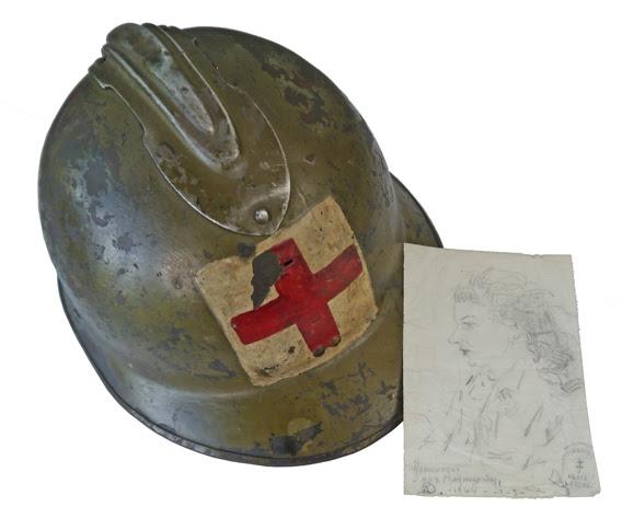 Casque porté par Jacqueline de Chambrun lors des combats du Mont-Mouchet ; autoportrait réalisé dans un maquis de la Haute-Lozère. Coll MRN. © MRN-J. Baffet