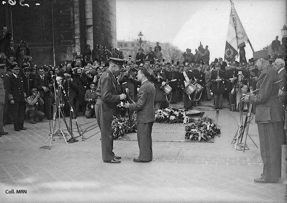 Le général Eisenhower remet à André Tollet, président du CPL, le blason de l'État-major allié (SHAEF), 8 septembre 1944. Coll. MRN, fonds photographique de presse dit du Matin