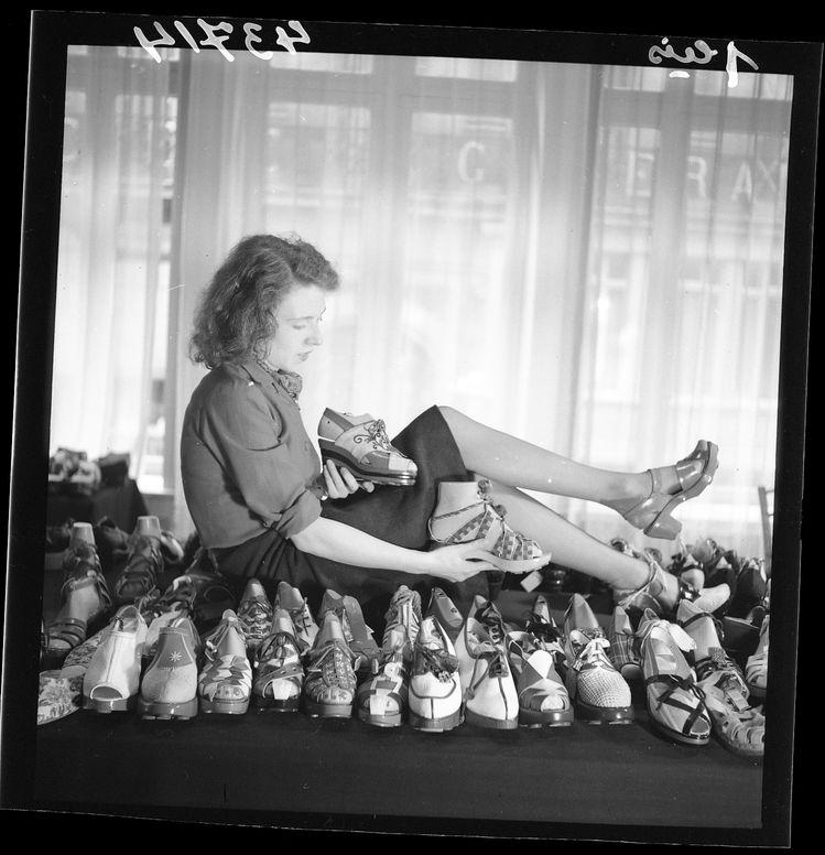 Exposition souliers à semelle de bois. Juillet 1941. Fonds Le Matin.