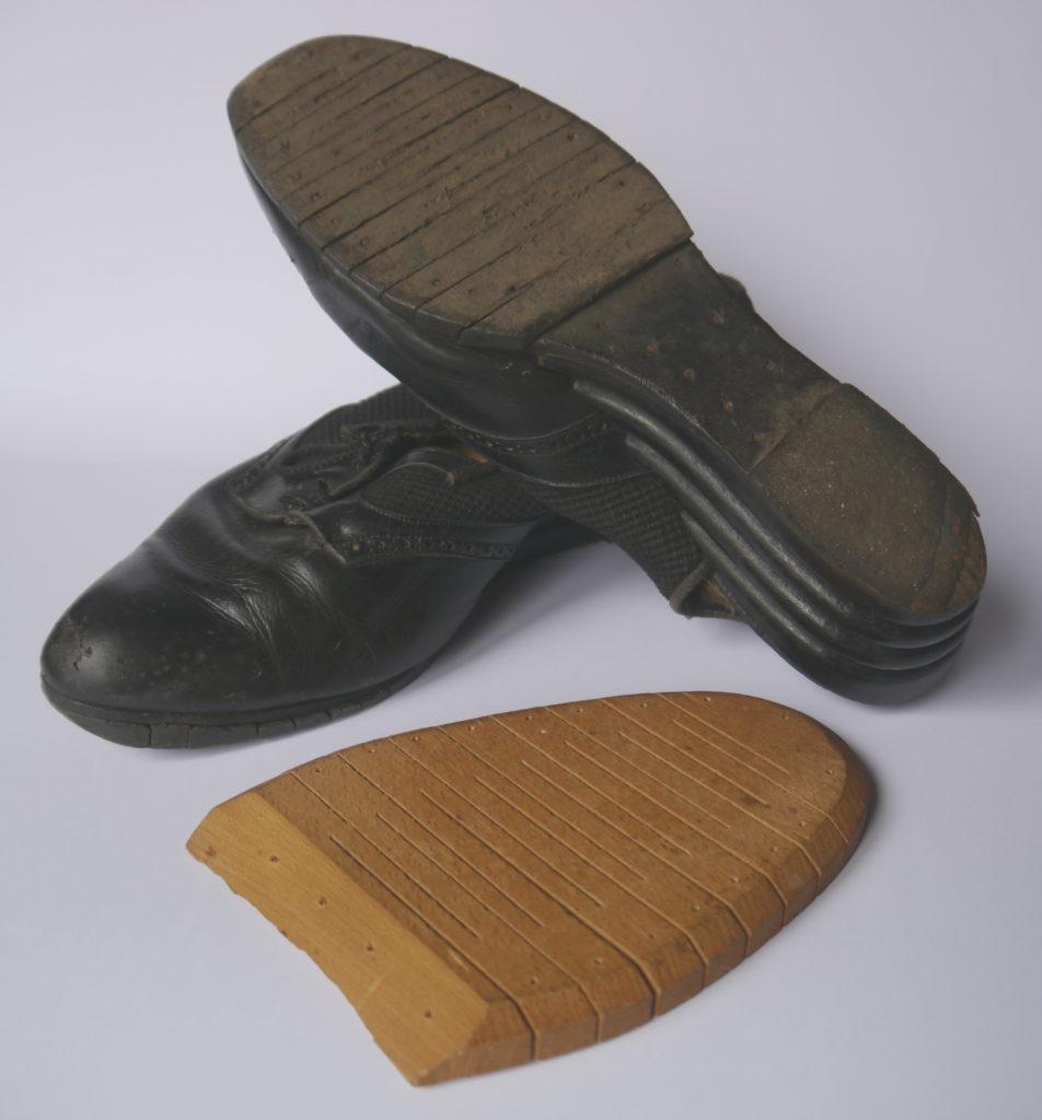 Souliers de femme à semelle de bois.