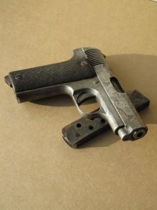 """Pistolet semi-automatique """"Ruby"""" de Celestino Alfonso. Coll. MRN © MRN/R.Noury"""