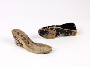 Semelles de chaussures en bois. Coll.MRN/fonds Joubin-Alamichel.  © COARC/Ville de Paris/J.M. Moser